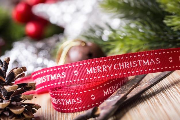 Natale nastro forbici decorazioni abete stelle palle