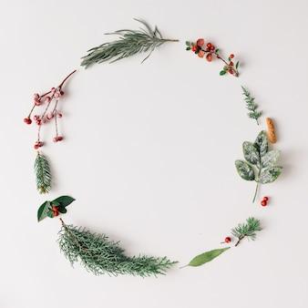 Cornice rotonda di natale fatta di cose invernali naturali