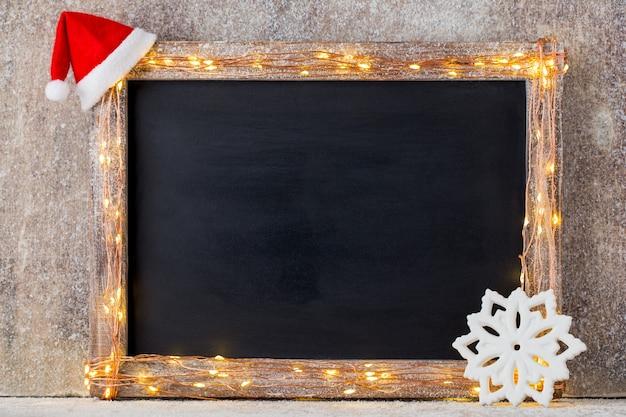 Fondo rustico di natale - legno planked vintage con luci e decorazioni natalizie.
