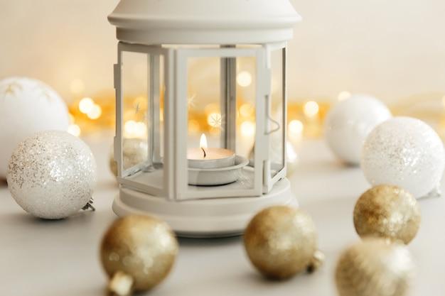 Scena di natale. holiday greeting card design. sfondo di candela. concetto di nuovo anno 2021 su priorità bassa bianca.