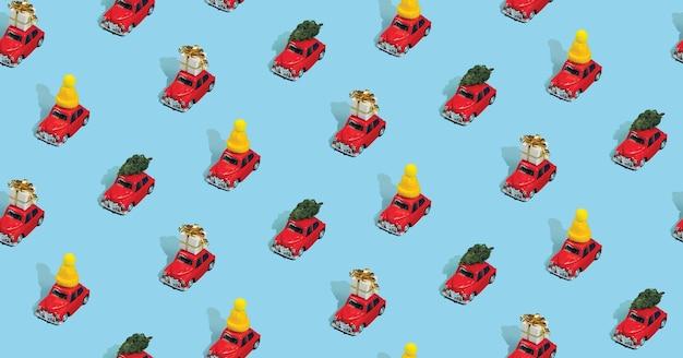 Reticolo senza giunte di natale realizzato con macchine rosse con doni, alberi di pino e cappelli sull'azzurro