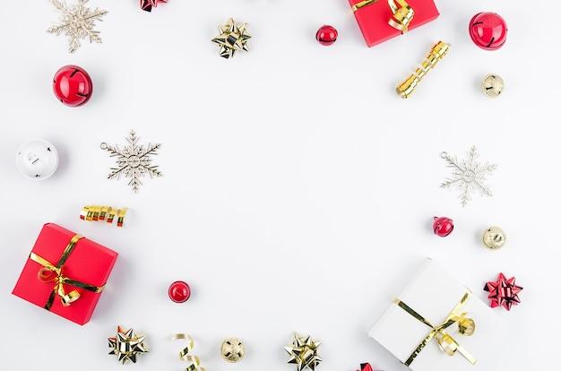 Set natalizio con scatola regalo rossa e decorazioni tradizionali colori rosso e oro,