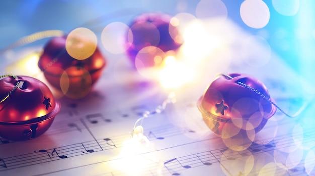 Spartiti di natale. decorazioni natalizie su fogli di musica, primo piano