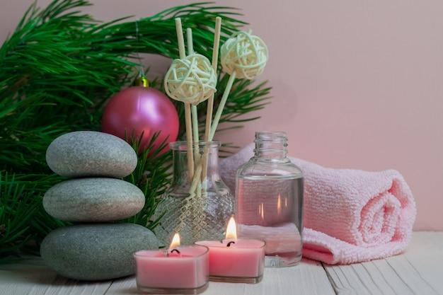 Trattamenti termali di natale con candele e rami di abete