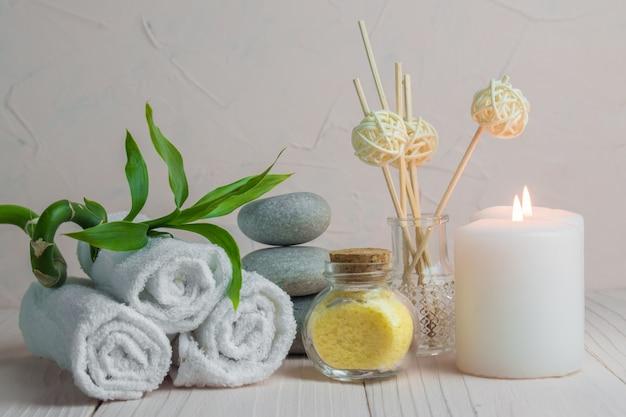 Trattamenti termali di natale con candele e pietre