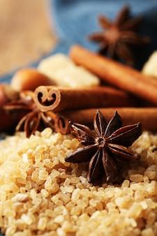 Spezie natalizie e ingredienti da forno su tovagliolo colorato, su fondo in legno