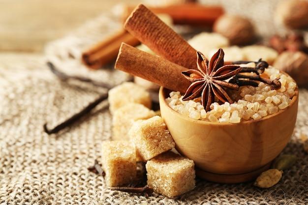 Spezie natalizie e ingredienti da forno su sfondo di sacco