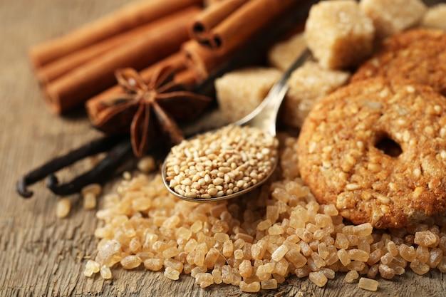Spezie natalizie e ingredienti da forno su tela di sacco