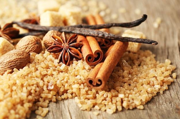 Spezie natalizie e ingredienti da forno su superficie in legno