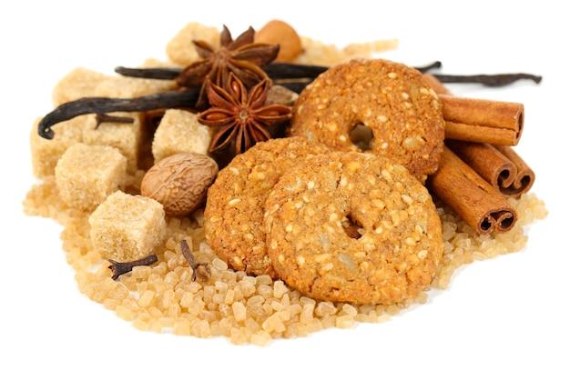 Spezie natalizie, biscotti e ingredienti da forno isolati su bianco