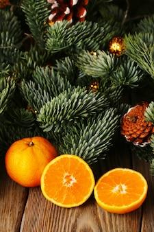 Albero di abete di natale e mandarini