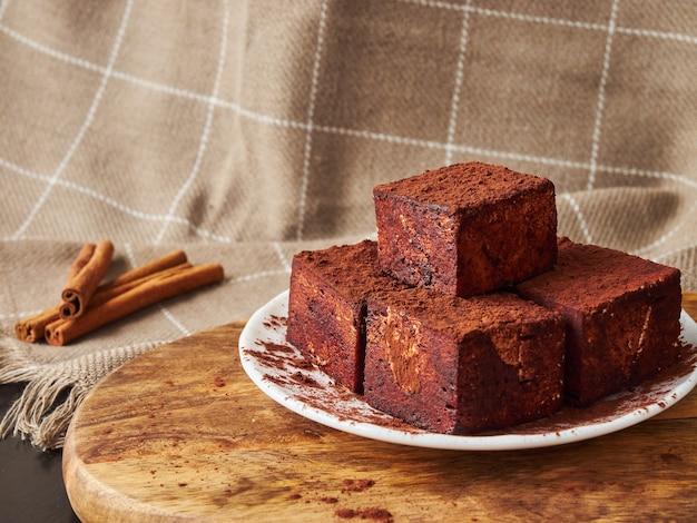 Caramelle soufflé fatte a mano quadrate di natura morta di natale in bastoncini di cioccolato e cannella