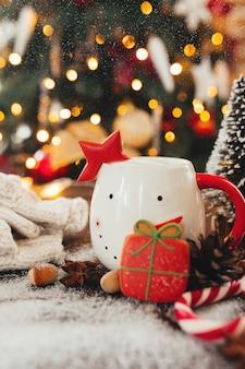 Natale ancora in vita con tazza di caffè, biscotti e decorazioni. foto di alta qualità