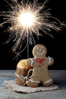 Natura morta natalizia con mini panettone e sparkle e panpepato