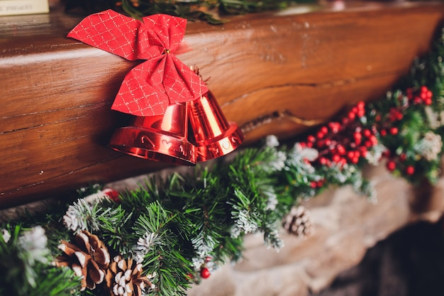 Calze natalizie appese sopra un camino con candele sul caminetto.