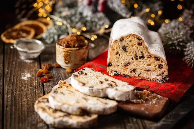 Stollen di natale tradizionale pagnotta di frutta dolce con zucchero a velo per le vacanze di natale messa in tavola