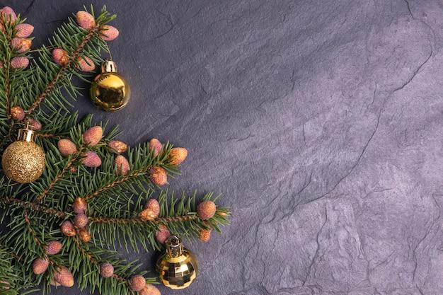 Sfondo di pietra di natale decorato con rami di abete