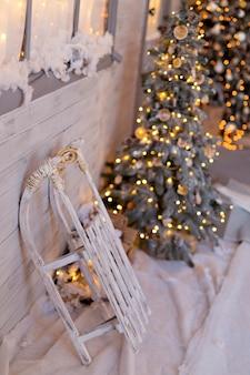 Casa in stile natalizio con albero di natale e ghirlande. strada di natale innevato.