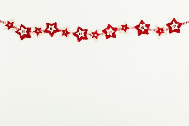 Superficie di natale con ghirlanda di stelle rosse. foto di alta qualità