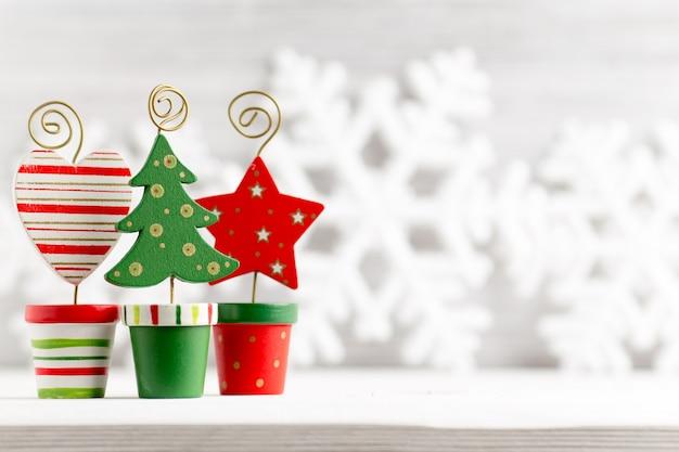 Superfici natalizie. decorazioni natalizie sulla superficie in legno bianca.