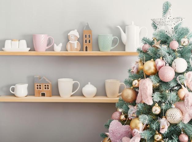 Dolci di natale su priorità bassa dell'albero di natale. natale decorato rosa. buon anno! dessert tradizionale di capodanno. copia spazio.