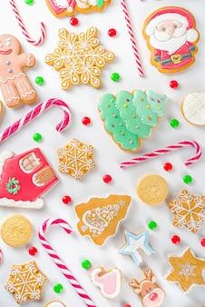 Set di dolci natalizi. dolci natalizi assortiti, caramelle tradizionali e biscotti. flatlay con caramelle di canna da zucchero, pan di zenzero, dolci, vista dall'alto del modello semplice