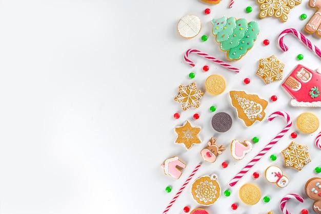 Set di dolci natalizi. dolci natalizi assortiti, caramelle tradizionali e biscotti. flatlay con caramelle di zucchero filato, pan di zenzero, dolci, vista dall'alto