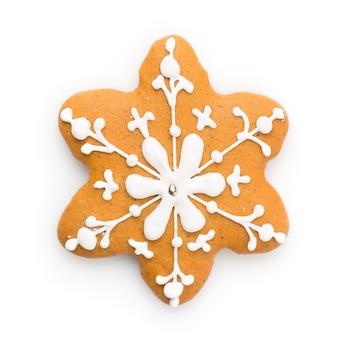 Simbolo di natale. biscotto del fiocco di neve del pan di zenzero isolato su fondo bianco.
