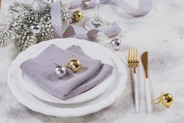 Regolazione del posto della tavola di natale e decorazioni di vacanza invernale su fondo bianco. concetto di vacanze stagionali.