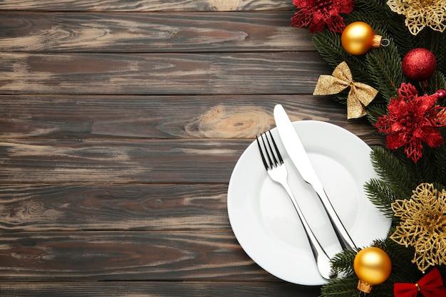 Regolazione di posto tavola di natale con decorazioni