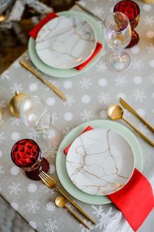 Regolazione della tavola di natale in rosso e bianco