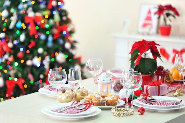 Impostazione della tavola di natale con decorazioni natalizie