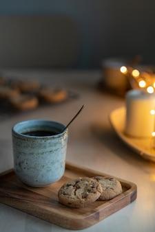 Tavola di natale con biscotti al cioccolato, tazza di tè. serata accogliente,