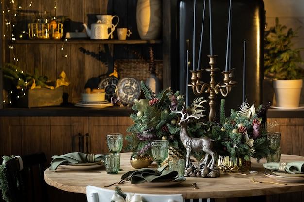 Tavola natalizia con dispositivi e decorazioni a forma di cervo e portacandele