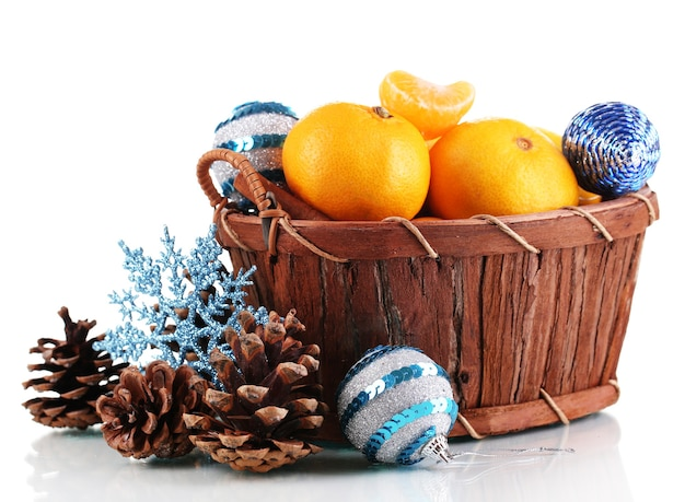 Mandarini di natale in cestino bianco isolato