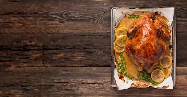 Anatra di natale o del ringraziamento al forno con spezie.