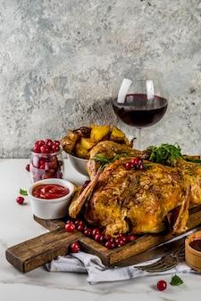Natale, cibo del ringraziamento, pollo arrosto al forno con mirtilli rossi ed erbe
