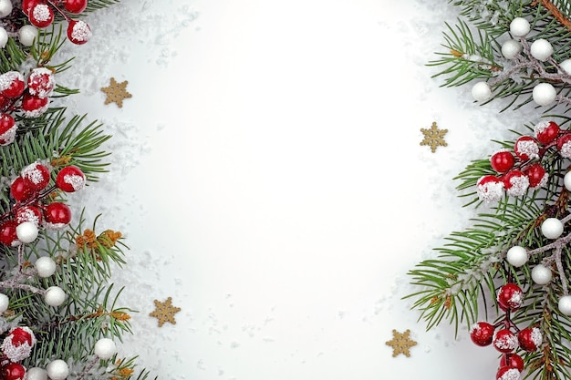 Tema natalizio con ramoscelli di abete rosso e bacche con spazio di copia.