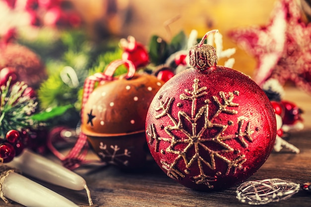 Natale time.christmas candela e decorazione. progettazione del bordo di natale sui precedenti di legno.