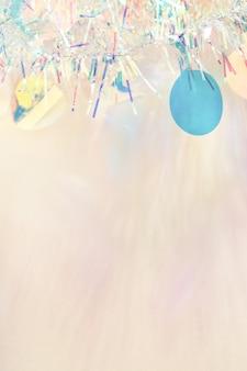 Bordo di ghirlanda di orpelli di natale su sfondo beige pastello con spazio di copia.