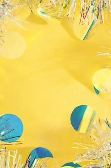 Fondo giallo della struttura della ghirlanda della canutiglia di natale con lo spazio della copia.