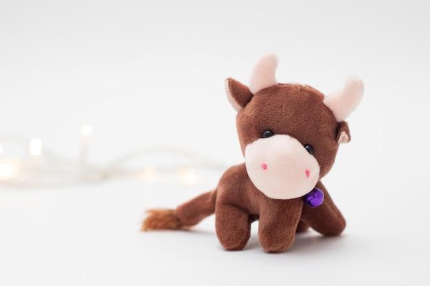 Giocattolo di natale toro simbolo del nuovo anno 2021 e luci natalizie da ghirlanda.