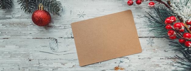 Regali di giocattoli di natale con una carta artigianale per l'inserimento di testo su uno sfondo di legno