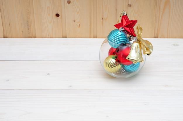 Natale e giocattoli e un acquario di vetro su una superficie di legno