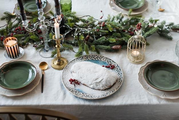 Natale tradizionale pane alla frutta stollen, torta natalizia tedesca stollen, pagnotta dolce alla frutta con glassa