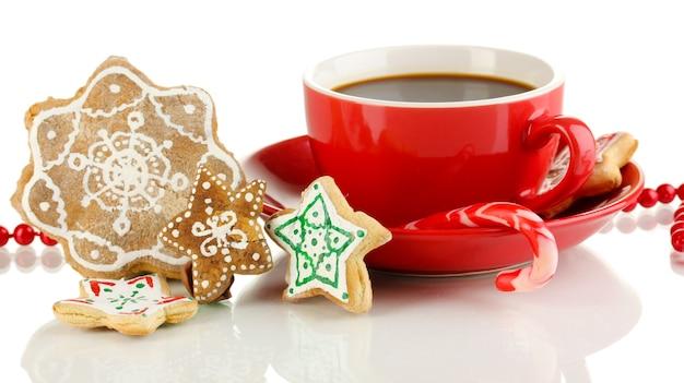 Dolcetti di natale con tazza di caffè isolato su bianco