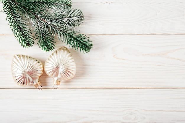Ramo di albero di natale con decorazioni natalizie