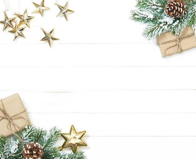 Regali di rami di albero di natale e ornamenti dorati