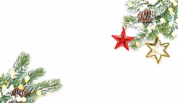 Rami di albero di natale con ornamenti rossi luci dorate
