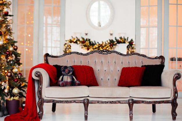 Albero di natale in una stanza luminosa decorata vintage